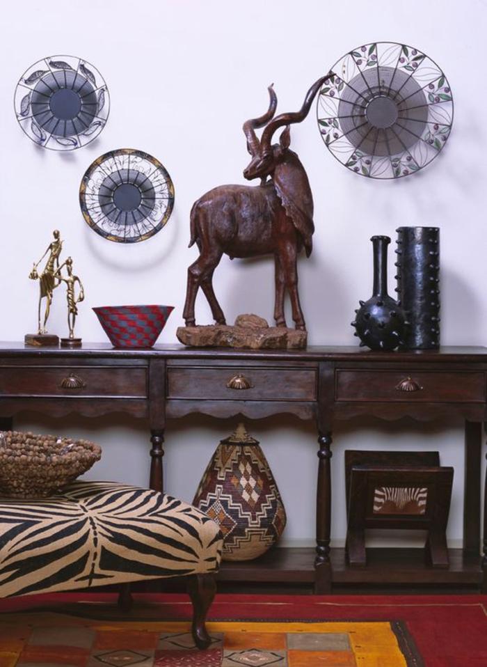 des accents déco africains naturels, objets d'art tribal, mobilier vintage en bois foncé, salon ethnique chic africain