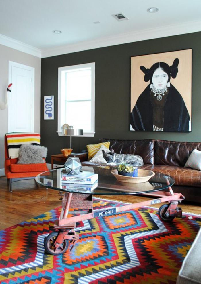 salon ethnique chic qui mixe les teintes de marron et beige avec les motifs ethniques colorés