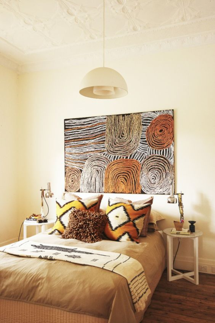 déco chic ethnique africain, une chambre à coucher ensoleillé d'esprit safari, grande toile aux couleurs d'afrique