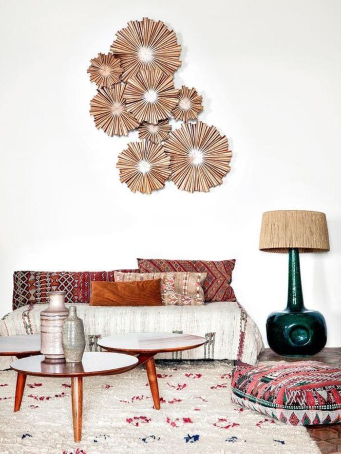 salon ethnique, une décoration murale originale, déco bohème chic, table basse trio en bois et un tapis berbère