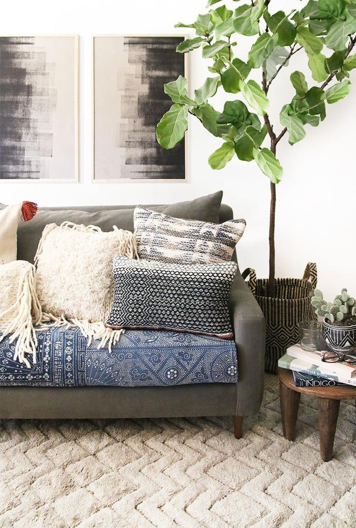quel linge de maison choisir pour créer une ambiance ethnique chic, canapé vert couvert de coussins ethniques