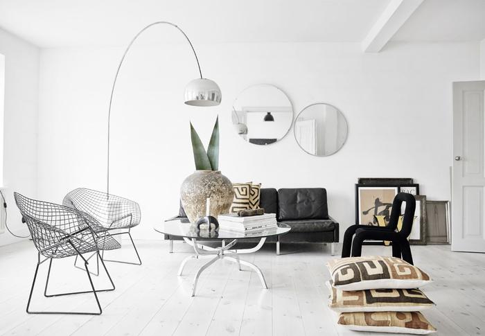 salon au design contemporain scandinave qui adopte le style ethnique par petites touches