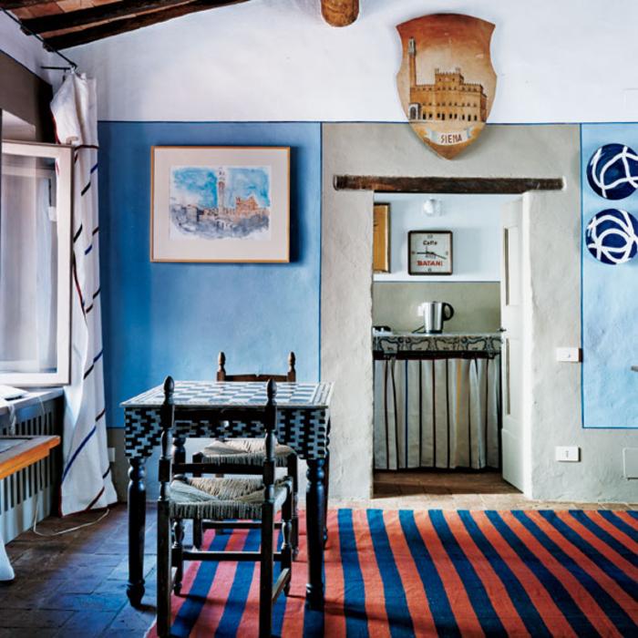 salon de style méditerranéen d'un charme rustique qui combine les tons chauds comme la couleur terracotta avec les tons froids
