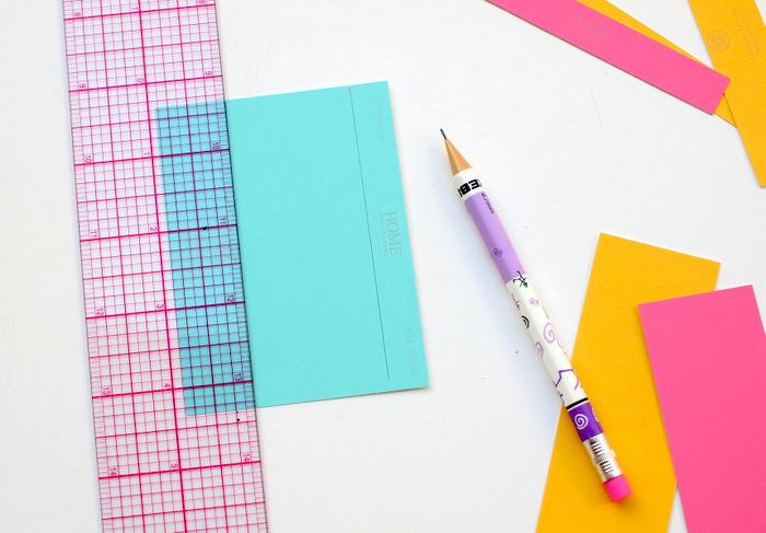 tutoriel pour fabriquer une marque page soi meme, activité manuelle primaire, découper la marque page dans du papier