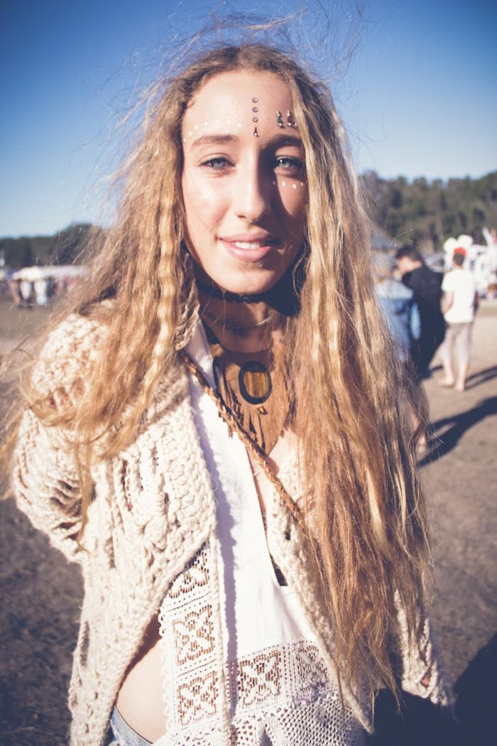 maquillage yeux, femme hippie, lèvres nude, cheveux longs cuivrés, maquillage carnaval, dessin sur le visage