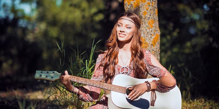 maquillage de fete, cheveux longs et cuivrés, femme dans la nature, guitare blanche, collier hippie style