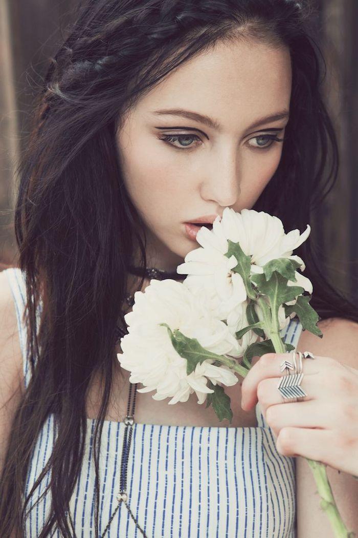 maquillage de fete, bouquet de fleurs blanches, robe blanche, bagues femme, cheveux raids, maquillage hippie