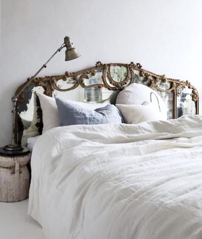 faire une tete de lit soi meme, grand miroir baroque posé derrière le lit, linge blanc, coussin bleu, bricolage facile et rapide