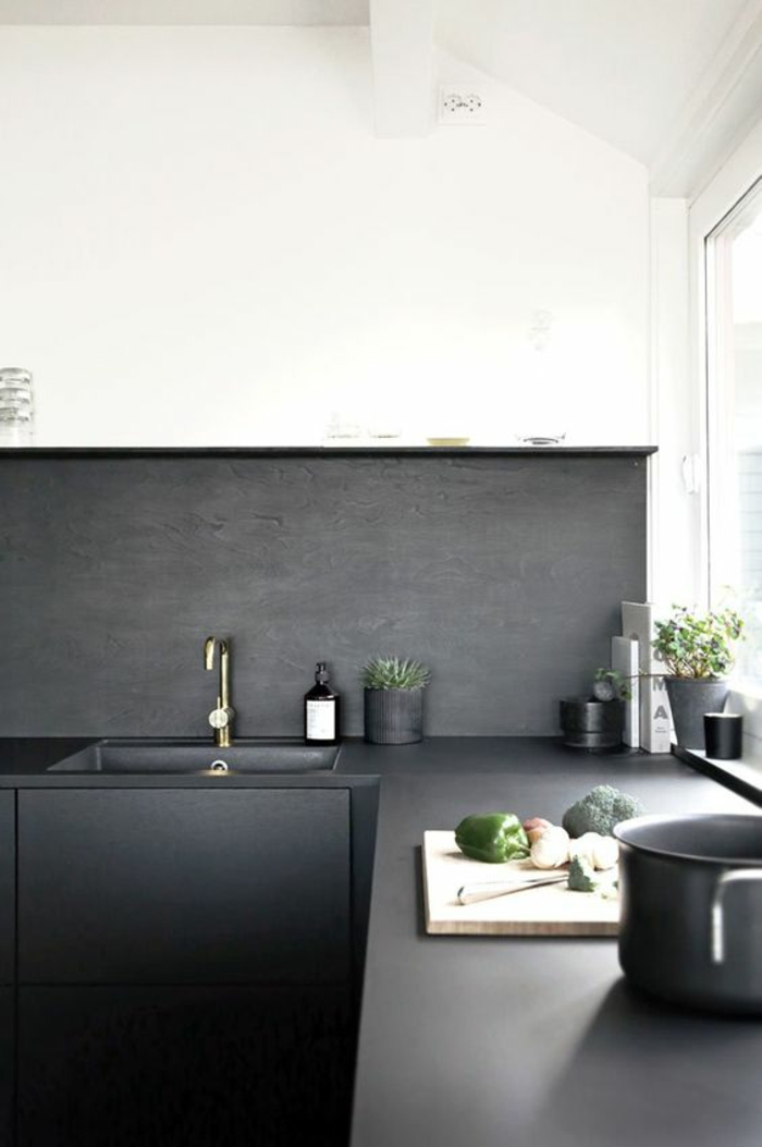 cuisine noire et bois partie basse en noir partie supérieure en noir