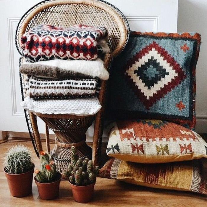 deco ethnique, chaises vintage, coussins aztèques et pots avec cactus