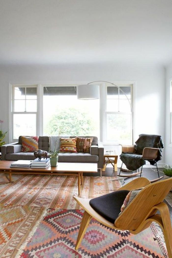 deco ethnique, chaises en bois, grande table en bois, tapis en orange et marron