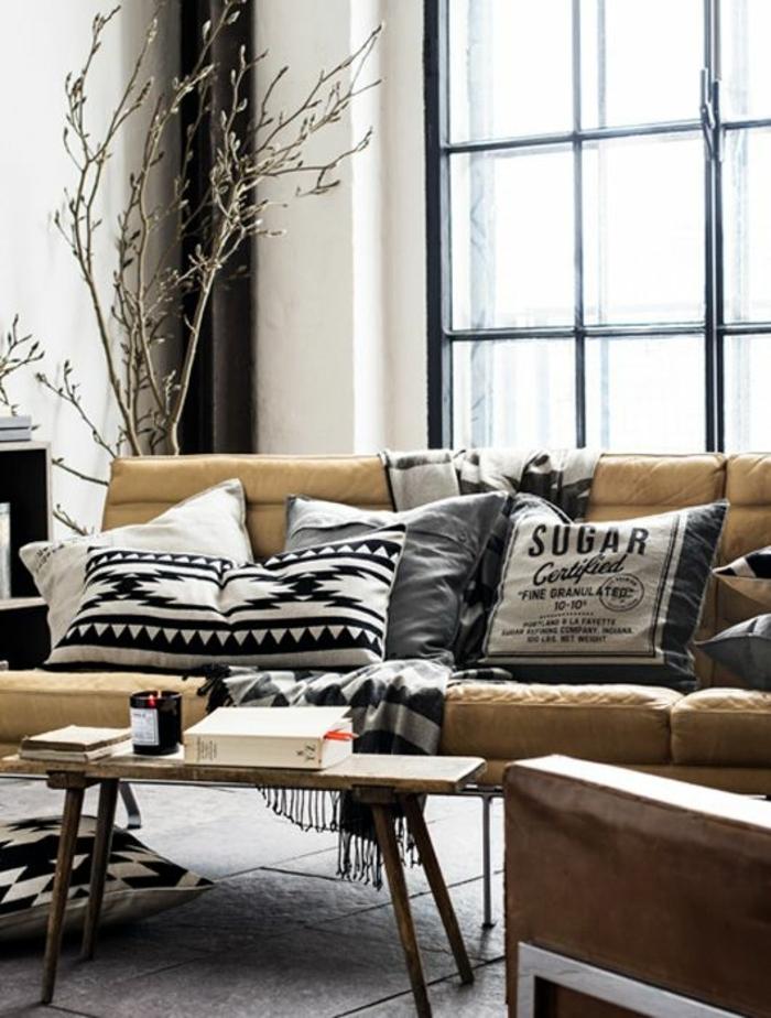 deco ethnique, petite table en bois, sofa en cuir marron, décoration avec un arbre