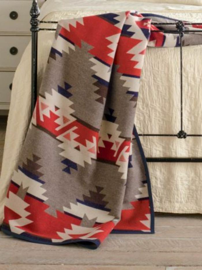 deco ethnique, plaid de lit aztèque, cadre de lit en fer forgé, couverture blanche