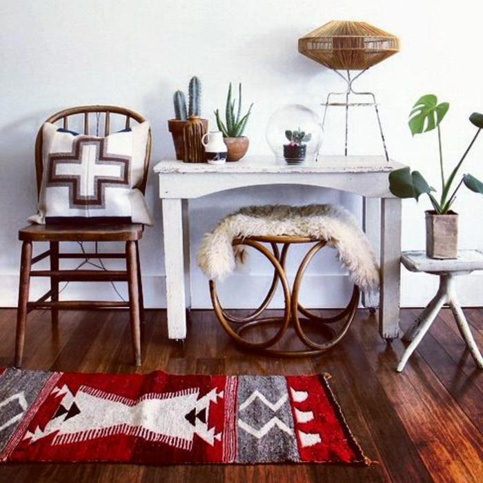 deco ethnique, table blanche de bois, chaise en bois, petit tapis aztèque en rouge et gris