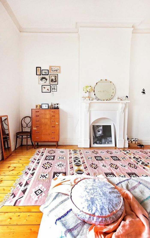 pièce blanche à deco ethnique, tapis rose aztèque, cheminée blanche et mur blanc
