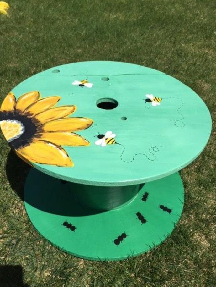 deco exterieur, pelouse verte, touret deco table basse, repeinte en vert avec un motif tournesol, abeilles