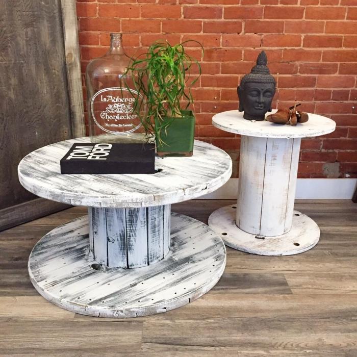 deco exterieur, table bois repeinte en blanc patinée, livre, grande bouteille, plantes, statuette tête de bouddha