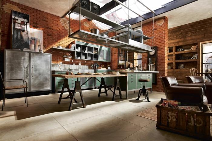 meuble industriel, plafond blanc, fauteuil marron, coffre en bois, armoire industrielle, commode verte de cuisine