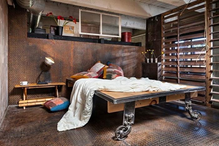 idee deco industrielle, pipes apparents, meuble noir et bois, boîte rouge, tasse de café, lampe de chevet, stores en bois