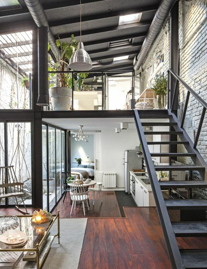 meuble industriel, plante verte, decoration industrielle, chaises en bois, réfrigérateur en argent, commode de cuisine blanche