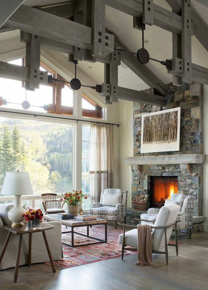 idee deco industrielle, grande fenêtre, lampe blanche, meuble noir et bois, cheminée en pierre, rideaux beige, tapis rouge