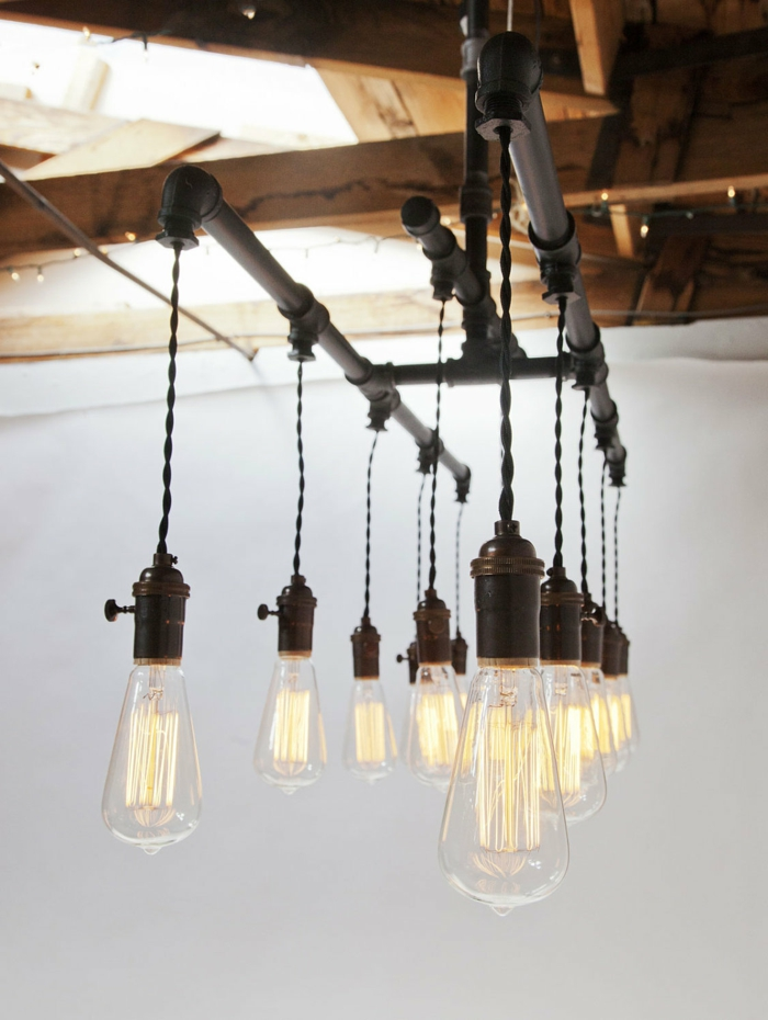 idee deco industrielle, corde en pipes noirs et ampoules électrique, plafond avec poutres, murs blancs