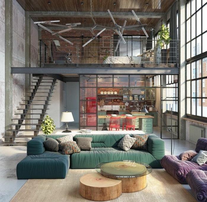 table basse industrielle, canapé vert, escalier, murs gris, plafond en bois, fauteuil violet, tapis beige, lampe blanche, chaises rouges
