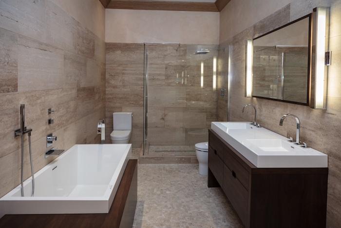 salle de bain moderne, plancher beige, meubles sous vasque en bois, robinet en acier