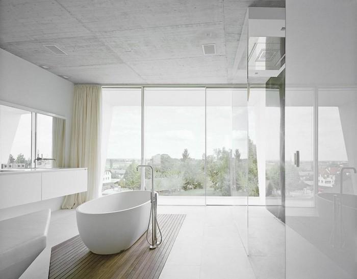 salle de bain moderne, dallage blanc, paroi en verre, rideaux longs champagne, fenêtres surdimensionnées