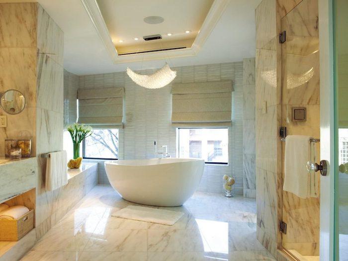 salle de bain design, panier en paille, petit miroir, bouquet de fleurs blanches, plafond suspendu