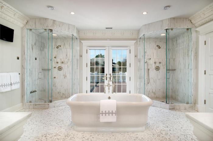 salle de bain moderne, paroi en verre, dallage marbre, baignoire blanche, serviette blanche