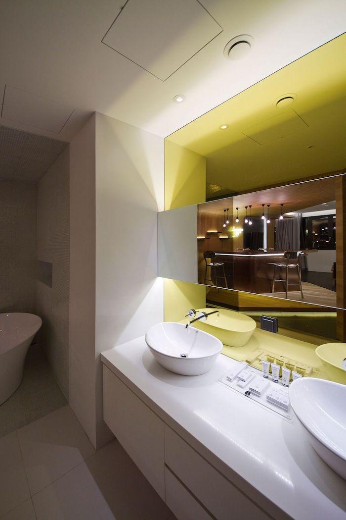 salle de bain design, comptoir de salle de bain, baignoire blanche, miroir rectangulaire