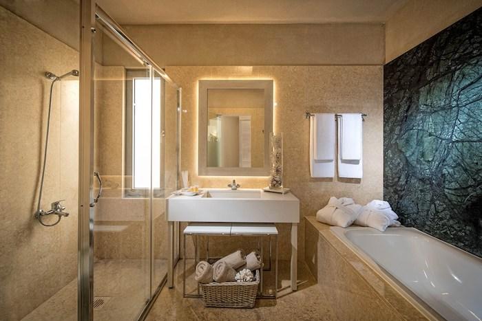 salle de bain moderne, couleurs neutres, serviette beige, porte-serviette métallique, douche italienne