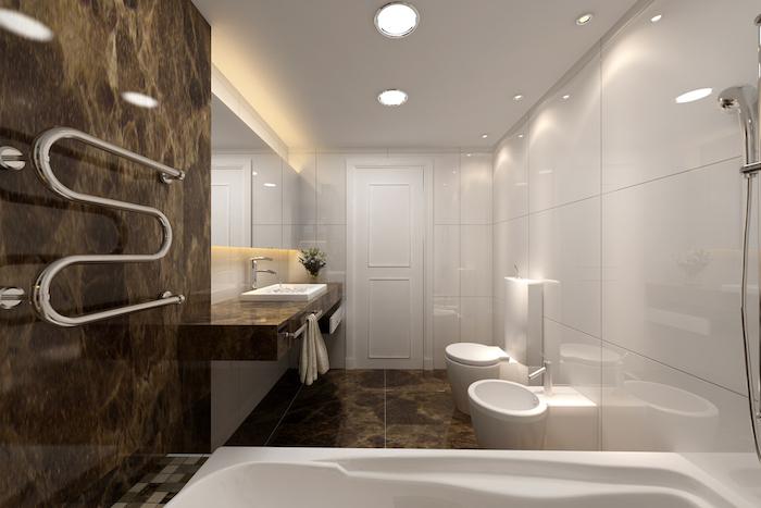 salle de bain moderne, porte-serviette, baignoire blanche, murs blancs, plafond blanc, grand miroir