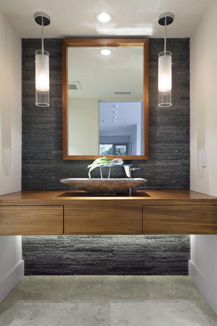 salle de bain moderne, miroir avec cadre en bois, lampes suspendues, comptoir en bois, mur noir