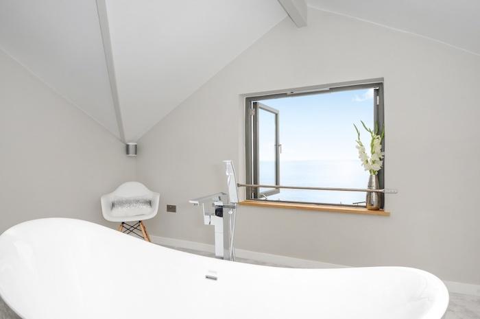 salle de bain moderne, pièce sous pente, petite chaise blanche avec pieds en bois, fleurs blanches