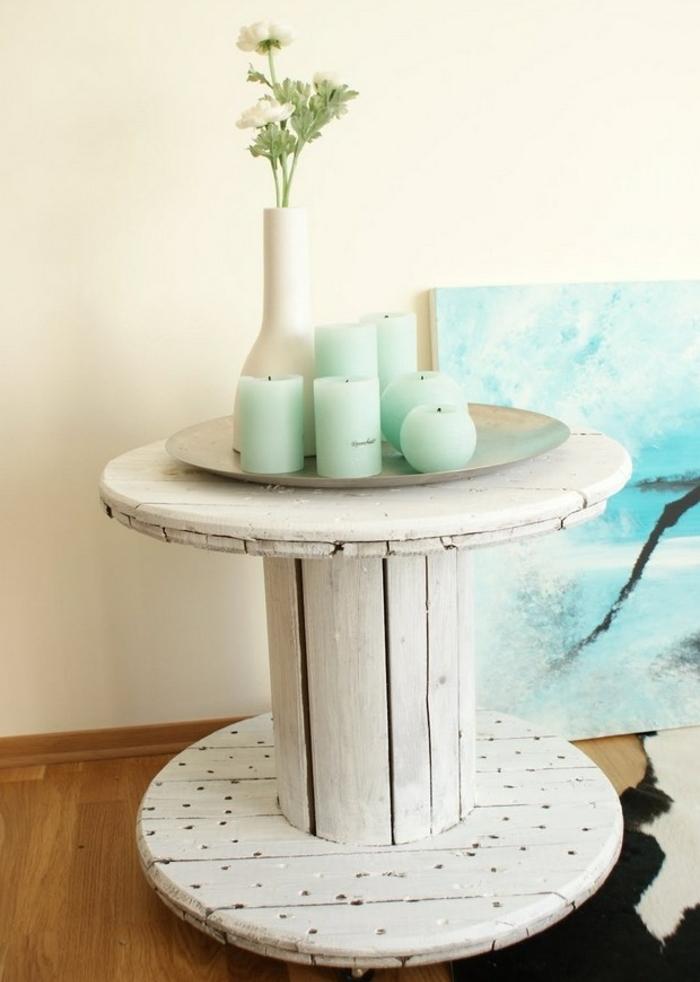 table basse touret, repeint en blanc, decoration de bougies en vert clair, vase de fleur blanc, tableau decoratif, esprit bord de mer