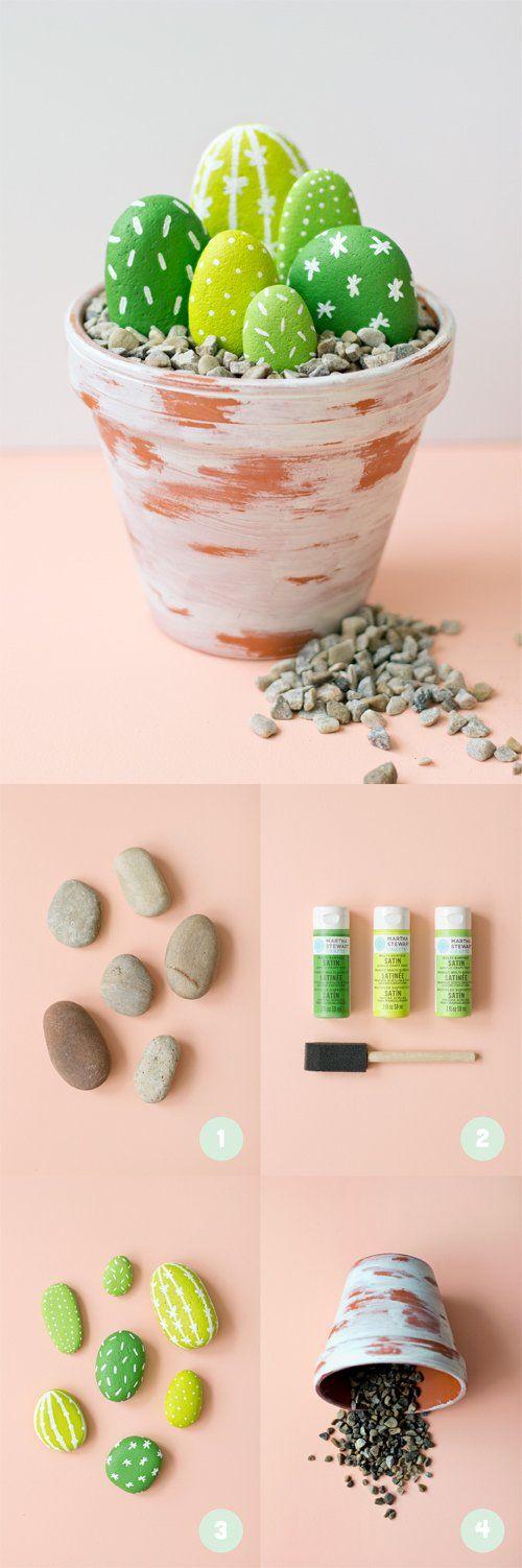 activite manuelle, idée comment créer une decoration forale intéressante, pots de fleur en terre cuite, blanchi, avec gravier et galets décorés, imitations cactus