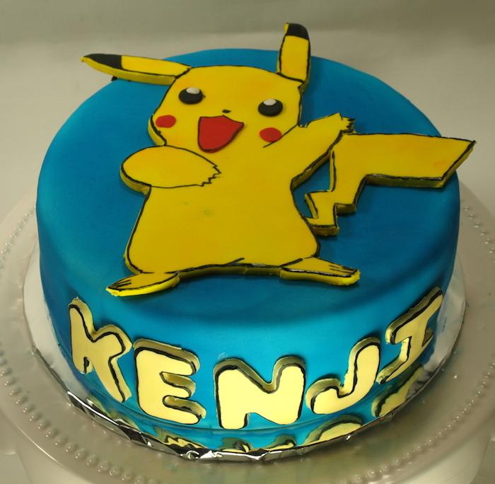 pikachu mignon, décoration en pâte d'amande bleu, lettres jaunes, figurines pikachu, gateau pokemon