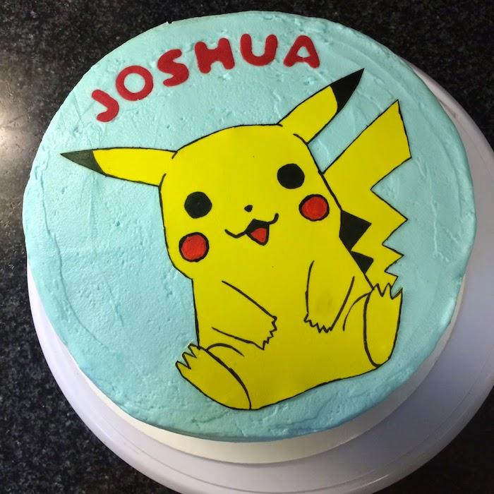 anniversaire theme pokemon, crème en colorant turquoise, pâte d'amande jaune, gâteau surprise