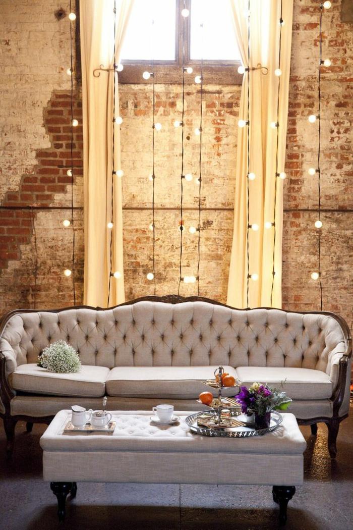 idee deco industrielle, murs en briques, rideaux longs, bouquet de fleurs, guirlandes lumineuse, deco industrielle
