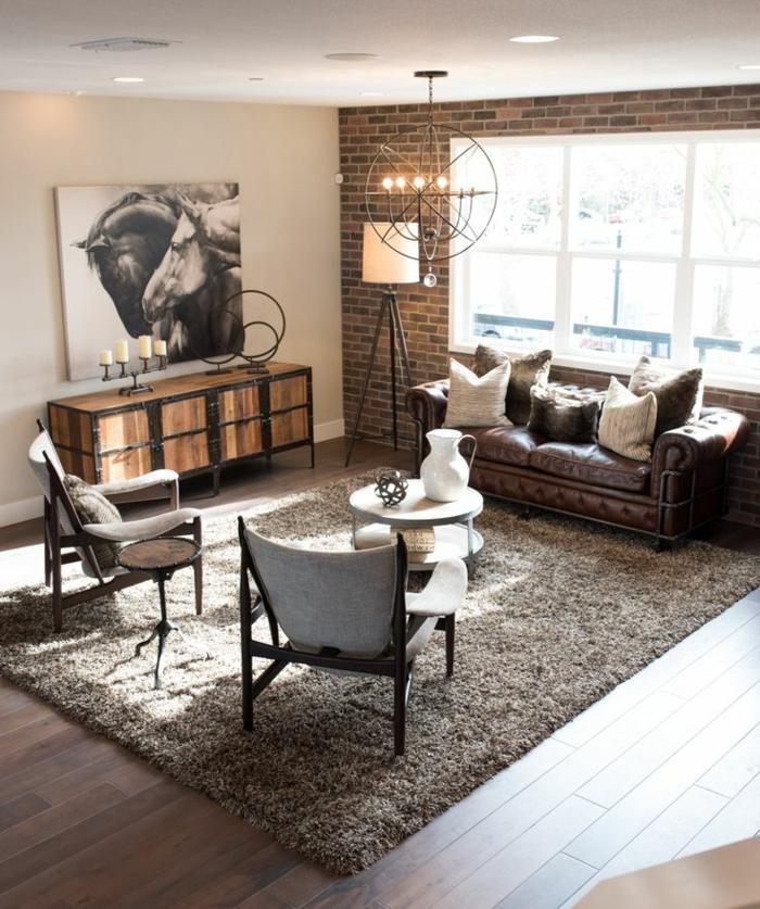 meuble noir et bois, bougeoirs, lampe sur pied, canapé en cuir, coussins décoratifs, suspension luminaire, tapis moelleux