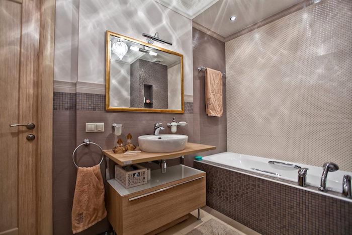 meuble salle de bain bois, serviette marron, porte-serviette métallique, lavabo à poser, cadre miroir doré