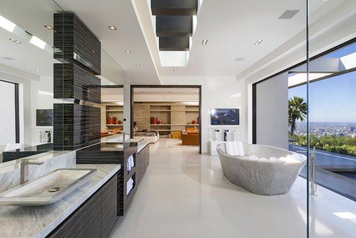 idee salle de bain, plafond suspendu, comptoir de bain en marbre, éclairage led, grands miroirs, dallage blanc