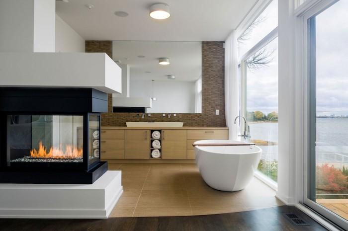 salle de bain moderne, dallage beige, fenêtres blanches, plafond blanc, grand miroir