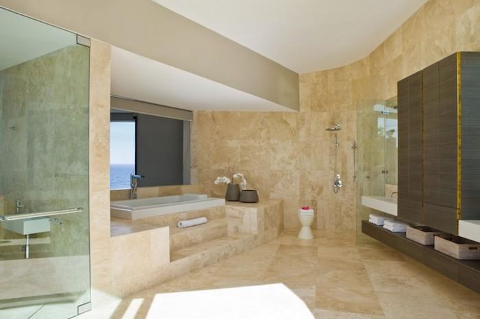 salle de bain moderne, paroi en verre, cabine de douche, vue sur la mer, baignoire blanche, dallage beige