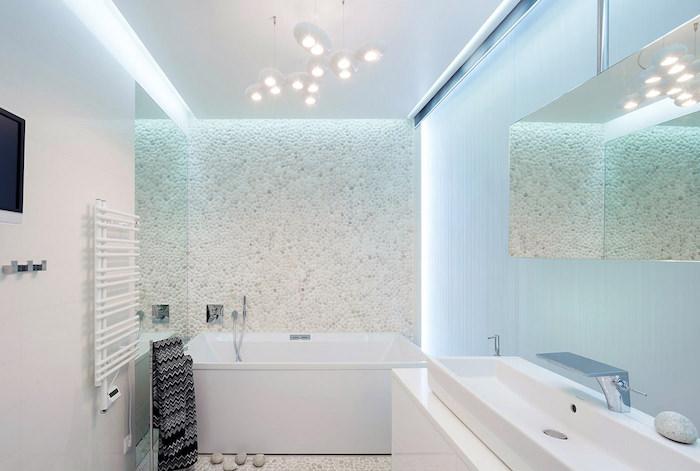 modele salle de bain, miroir rectangulaire, lavabo long, robinet en argent, galets