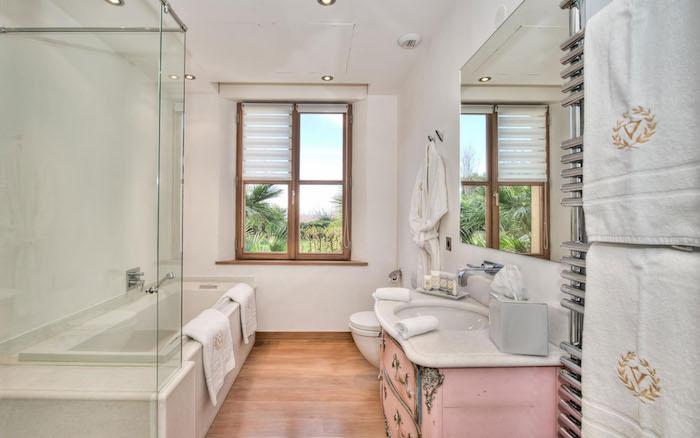 idee salle de bain, fenêtre à carreaux, porte-serviette métallique, éclairage led, deco salle de bain