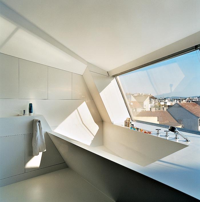 salle de bain moderne, dallage blanc, salle de bain sous pente, vue d'en haut, deco salle de bain
