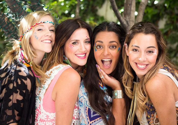 maquillage carnaval, amitié entre filles hippies, bracelet ethnique, chemise multicolore, cheveux longs, maquillage de fete